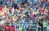 【アルゼンチン―アイスランド】アイスランドとの初戦で無得点に終わり、肩を落とすアルゼンチンのメッシ=ロシア・モスクワのスパルタク競技場で2018年6月16日、長谷川直亮撮影