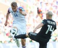 【アルゼンチン―アイスランド】前半、ボールを奪い合うアイスランドのアルナソン(左)とアルゼンチンのマスケラーノ=ロシア・モスクワのスパルタク競技場で2018年6月16日、長谷川直亮撮影