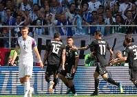 【アルゼンチン―アイスランド】前半、先制ゴールを決めて喜ぶアルゼンチンのアグエロ(中央)=ロシア・モスクワのスパルタク競技場で2018年6月16日、長谷川直亮撮影