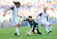 【アルゼンチン―アイスランド】後半、ドリブル突破を阻まれるアルゼンチンのメッシ(中央)=ロシア・モスクワのスパルタク競技場で2018年6月16日、長谷川直亮撮影