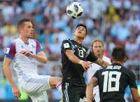 【アルゼンチン―アイスランド】前半、ボールを奪い合うアルゼンチンのメサ(中央)とアイスランドのG・シグルドソン(左)=ロシア・モスクワのスパルタク競技場で2018年6月16日、長谷川直亮撮影