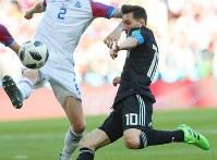 【アルゼンチン―アイスランド】後半、ゴール前に迫るアルゼンチンのメッシ=ロシア・モスクワのスパルタク競技場で2018年6月16日、長谷川直亮撮影