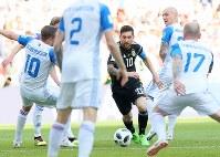 【アルゼンチン―アイスランド】後半、ゴール前で囲まれながらもドリブル突破するアルゼンチンのメッシ(中央)=ロシア・モスクワのスパルタク競技場で2018年6月16日、長谷川直亮撮影