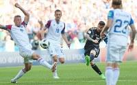 【アルゼンチン―アイスランド】後半、シュートを放つアルゼンチンのメッシ(右から2人目)=ロシア・モスクワのスパルタク競技場で2018年6月16日、長谷川直亮撮影