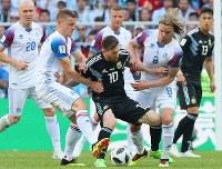 【アルゼンチン―アイスランド】前半、アイスランドの選手に囲まれながらも、ボールをキープするアルゼンチンのメッシ(中央)=ロシア・モスクワのスパルタク競技場で2018年6月16日、長谷川直亮撮影