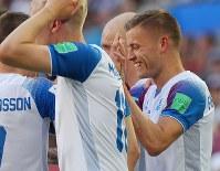 【アルゼンチン―アイスランド】前半、同点ゴールを決めて祝福されるアイスランドのフィンボガソン(右)=ロシア・モスクワのスパルタク競技場で2018年6月16日、長谷川直亮撮影