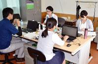 高野山麓ツーリズムビューローの事務所で作業する職員ら=和歌山県橋本市で、松野和生撮影