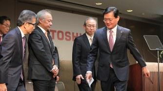 入社式を終えて退室する東芝の車谷暢昭会長(右)ら経営幹部=2018年4月2日、和田大典撮影