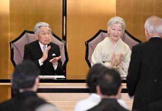 皇室:両陛下が日本芸術院賞授賞...