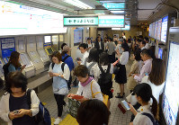 People crowd Hanshin Ashiya Station after train services were suspended due to a powerful earthquake, in Ashiya, Hyogo Prefecture, at 8:45 a.m. on June 18, 2018. (Mainichi)
