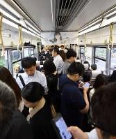 地震により緊急停車したJR車内=大阪府島本町で2018年6月18日午前8時32分、川平愛撮影