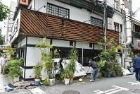 地震の影響で一部崩れ落ちた外壁=大阪市中央区で2018年6月18日午前10時10分、平川義之撮影