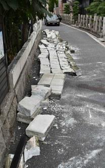 地震の影響で倒壊し、男性が挟まれた現場=大阪市東淀川区で2018年6月18日午前11時16分、平川義之撮影