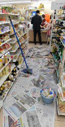 地震で棚から落ちた商品の復旧をしながら運営するコンビニ=大阪府茨木市で2018年6月18日午前9時44分、望月亮一撮影