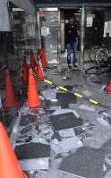 地震で壁から落ちたタイル=大阪府茨木市で2018年6月18日午前9時半、望月亮一撮影