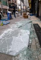 地震で壊れた店舗のガラス=大阪府茨木市で2018年6月18日午前9時40分、望月亮一撮影