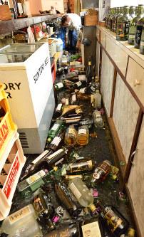 地震で飲食店の棚から落ちて割れた酒=大阪府茨木市で2018年6月18日午前10時11分、望月亮一撮影