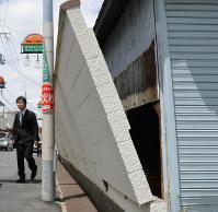 地震で傾いた壁=大阪府高槻市で2018年6月18日午前10時41分、望月亮一撮影