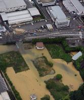 水道管が破裂し、水があふれた現場=大阪府高槻市で2018年6月18日午前9時25分、本社ヘリから中村良弘撮影