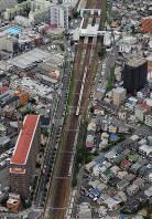 地震の影響で停車したJRの車両=大阪府高槻市の摂津富田駅付近で2018年6月18日午前9時27分、本社ヘリから中村良弘撮影