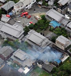 白煙の上がる家屋=大阪府高槻市で2018年6月18日午前9時24分、本社ヘリから中村良弘撮影