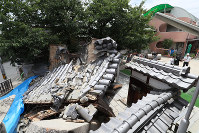 地震の揺れで倒壊した妙徳寺の門=大阪府茨木市で2018年6月18日午後0時41分、幾島健太郎撮影