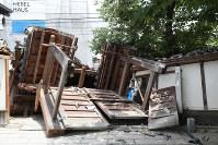 地震の揺れで倒壊した妙徳寺の門=大阪府茨木市で2018年6月18日午後0時39分、幾島健太郎撮影