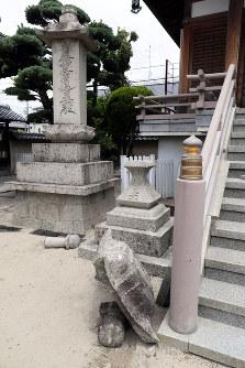 地震の揺れで倒壊した妙徳寺の境内にある石灯籠=大阪府茨木市で2018年6月18日午後0時42分、幾島健太郎撮影