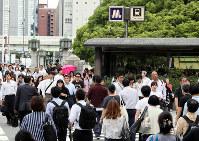 地震の影響で地下鉄と京阪電車が運休となり、徒歩通勤する人たちであふれる御堂筋=大阪市中央区で2018年6月18日午前9時44分、幾島健太郎撮影