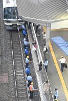 地震で緊急停止した車両から歩いて降りる乗客たち=JR大阪駅で2018年6月18日午前9時10分、木葉健二撮影