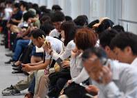 地震の影響で止まった電車を待つ人たち=JR大阪駅で2018年6月18日午前8時31分、木葉健二撮影
