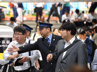 地震の影響で混雑するJR大阪駅=JR大阪駅で2018年6月18日午前8時26分、木葉健二撮影