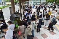 地震の影響で電車が止まり、バス停に列を作る人たち=大阪市中央区で2018年6月18日午前8時57分、平川義之撮影