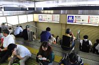 安全のためにシャッターが下ろされた地下街への入口=JR大阪駅で2018年6月18日午前8時58分、木葉健二撮影