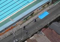 女児が倒れた壁の下敷きになった現場=大阪府高槻市の市立寿栄小で2018年6月18日午前9時59分、本社ヘリから三村政司撮影