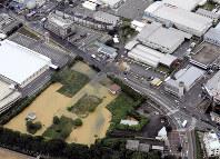 水道管が破裂し、水があふれた現場=大阪府高槻市で2018年6月18日午前9時26分、本社ヘリから中村良弘撮影