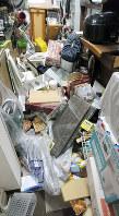 地震で散乱した住宅=大阪府茨木市で2018年6月18日午前9時1分、八重樫裕一撮影