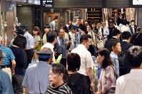 関西の地震の影響で新幹線がストップし、混乱する改札口周辺=JR博多駅で2018年6月18日午前9時51分、森園道子撮影
