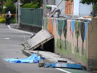 プール横の壁が倒れ、女児が挟まれた小学校の現場=大阪府高槻市で2018年6月18日午前11時6分、久保玲撮影