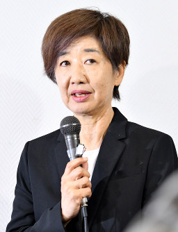 Shigakkan University President Ikuko Tanioka apologizes to reporters over its former head coach Kazuhito Sakae's power harassment case in Tokyo on June 17, 2018. (Mainichi)