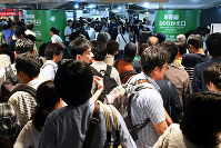Passengers crowd near a transfer gate to the Tohoku Shinkansen Line at JR Tokyo Station on June 17, 2018 as the service on the line was suspended for nearly six hours. (Mainichi)