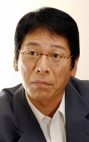Actor Ren Osugi poses for a photo in 2004. (Mainichi)