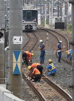 Workers conduct safety check on the tracks of the JR Tokaido Line in Ibaraki, Osaka Prefecture, on June 19, 2018. (Mainichi)