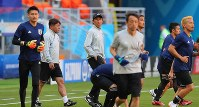 Japan national soccer team head Coach Akira Nishino, center, watches his players during a training session ahead of their 2018 soccer World Cup opener against Colombia, in Saransk, Russian, on June 18, 2018. (Mainichi)