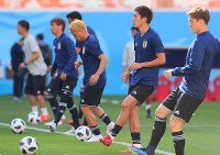 Japan national team midfielder Genki Haraguchi, second from right, and other players warm up during a training session ahead of their 2018 soccer World Cup opener against Colombia, in Saransk, Russian, on June 18, 2018. (Mainichi)