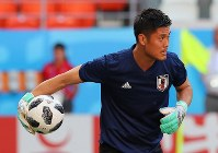 Japan national soccer team goalkeeper Eiji Kawashima warms up during a training session ahead of the side's 2018 soccer World Cup opener against Colombia, in Saransk, Russian, on June 18, 2018. (Mainichi)