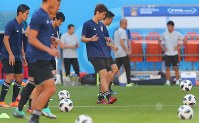 Japan national team forward Yuya Osako, center, and other players warm up during a training session ahead of their 2018 soccer World Cup opener against Colombia, in Saransk, Russian, on June 18, 2018. (Mainichi)