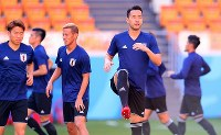 Defender Maya Yoshida, right, and other Japan national team players warm up during a training session ahead of their 2018 soccer World Cup opener against Colombia, in Saransk, Russian, on June 18, 2018. (Mainichi)