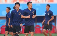 Forward Shinji Okazaki, center, and other Japan national team players warm up during a training session ahead of their 2018 soccer World Cup opener against Colombia, in Saransk, Russian, on June 18, 2018. (Mainichi)