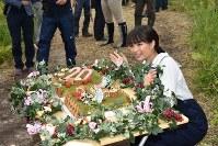 20歳の誕生日を祝うケーキに喜ぶ広瀬すずさん=新得町で2018年6月19日午後0時17分、鈴木斉撮影